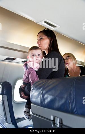 Passagier-Bretter Aeromexico Connect Flugzeug mit hellen Baby Sohn im Arm für Augen Flug von Mexico City nach Huatulco - Stockfoto