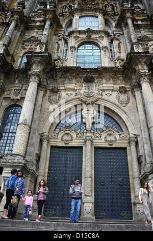 Touristen vor der Haupteingang an der Westfassade der Kathedrale von Santiago de Compostela, Galicien, Spanien - Stockfoto