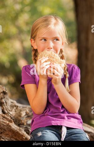 USA, Utah, Lehi, kleine Mädchen (4-5) Essen Erdnussbutter und Marmelade-sandwich - Stockfoto
