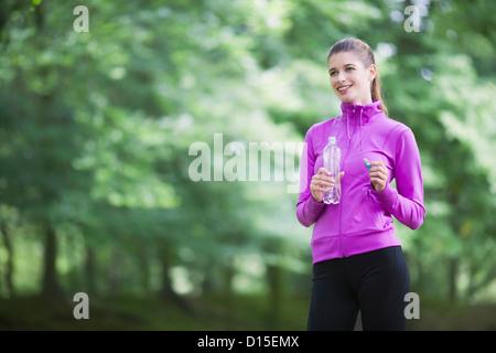 Junge Frau, die Pause vom Joggen - Stockfoto