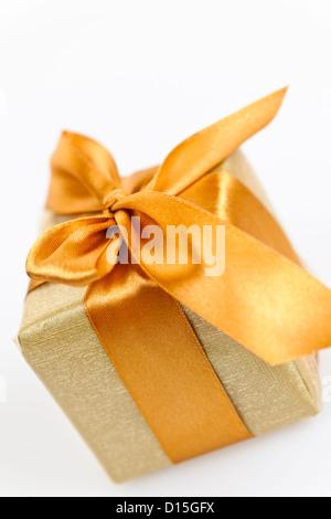 Geschenk-box Gold Geschenkpapier mit Schleife und Bogen - Stockfoto