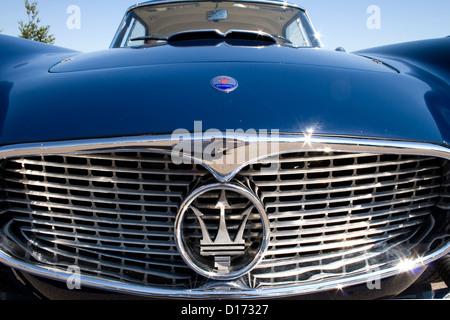 Die vorderen Heizkörper und Abzeichen eines klassischen Sportwagens Maserati. - Stockfoto