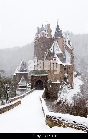 Blick auf die Burg Eltz Burg im Winterschnee in Deutschland - Stockfoto