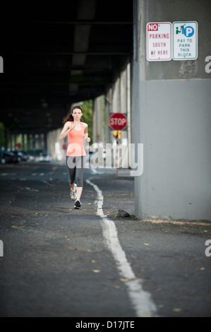 Frau auf Stadtstraße ausgeführt - Stockfoto