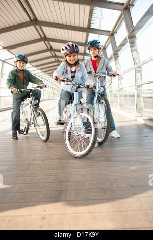 Kinder Fahrrad im City-tunnel - Stockfoto