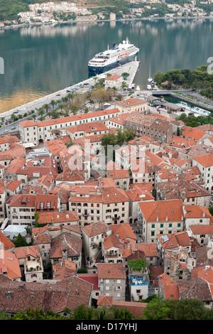 Blick über die Dächer und die Altstadt von Kotor in Montenegro. - Stockfoto