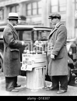 Arbeitsloser Mann verkaufen Äpfel - Stockfoto