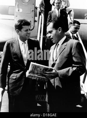 Vize-Präsident Richard Nixon (rechts) und Senator John Kennedy am Flughafen Chicago Midway. Sie diskutieren die - Stockfoto