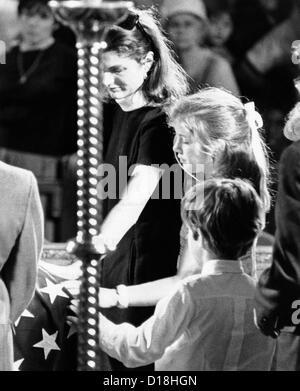 Jacqueline Kennedy und ihre Kinder bei Robert Kennedys Beerdigung. Die ehemalige First Lady Caroline und John Jr. - Stockfoto