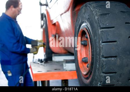 Mechaniker ist Gabelstapler Reparatur - Stockfoto
