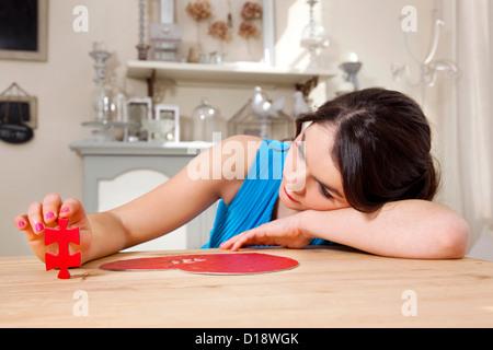 Frau tut Herz geformt Jigsaw puzzle - Stockfoto