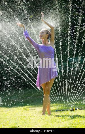 Ballerina in Wasser sprinkler - Stockfoto
