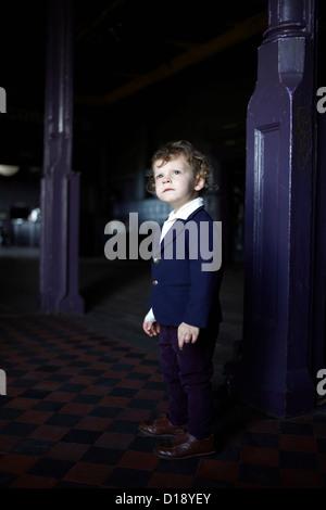 Kleiner Junge in Raum, mod Kleidung zu tragen - Stockfoto