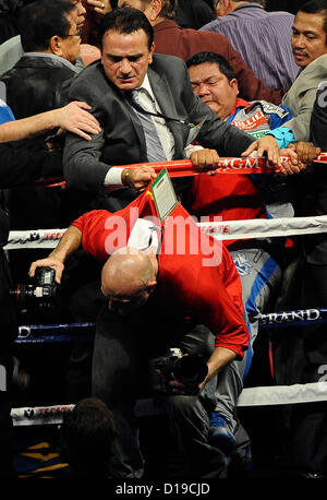 Dez 8,2012. Las Vegas NV. USA.  Reihenfolge der Fotos von Getty Images Fotograf Al Bello immer Angriff von Pacquiao - Stockfoto