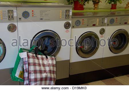 Waschmaschinen im Waschsalon in Greater Manchester - Stockfoto