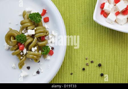 Spinat-Pasta-Salat mit Feta-Käse - Stockfoto