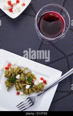 Pasta-Salat mit Feta-Käse und einem Glas Wein - Stockfoto
