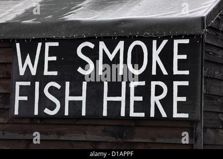 Amüsant, humorvoll, wir rauchen Fisch hier Zeichen, smokery Erhaltung echten Fischfutter, Aldeburgh, Suffolk - Stockfoto