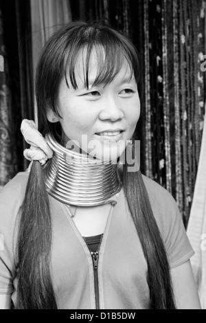 """Ma Play"", Musikerin aus der Kayan Minderheit Gruppe, Huai Seau Tao, Mae Hong Son Provinz, Thailand Stockfoto"