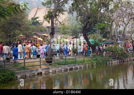 """Prozession von Menschen beim """"Poy Sang Long"""" Festival wo junge Mönche ordiniert, sind Mae Hong Son, Thailand"""