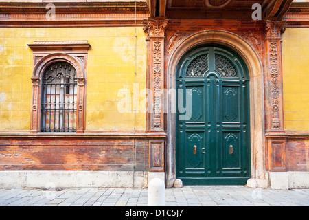 grünen Holztür des mittelalterlichen Hauses in Ferrara, Italien - Stockfoto
