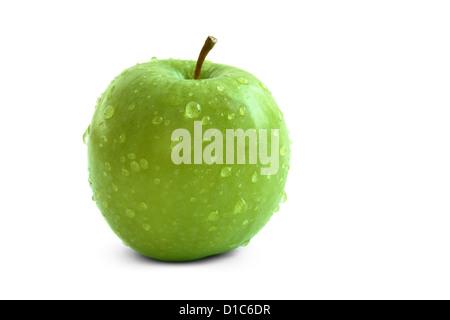 Einzelne grüner Apfel mit Wassertropfen auf einem weißen Hintergrund isoliert - Stockfoto