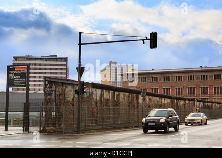 Verbleibenden Abschnitt der Berliner Mauer gesehen jetzt in 2012 neben einer Straße Wilhelstrasse, Berlin, Deutschland, - Stockfoto
