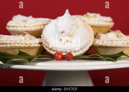 Frisch zubereitete Torten auf einen Kuchen stehen auf rotem Hintergrund hacken. - Stockfoto