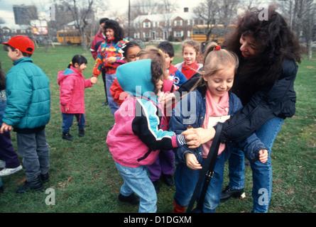 Brooklyn Scham Kindergarten Schulklasse Spaß im Park auf einem Ausflug. - Stockfoto