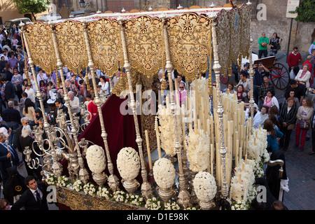 Vergoldete Plattform mit Jungfrau Maria in einer Prozession der Semana Santa (Karwoche) in der Altstadt von Cordoba, - Stockfoto