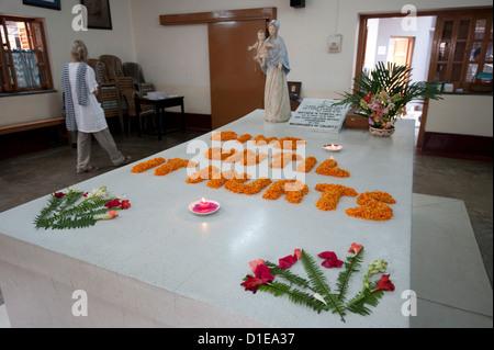 Den Tag ausgewählte Gedanken dargelegt in Ringelblumen auf dem Grab der Mutter Theresa, Kolkata, Westbengalen, Indien, - Stockfoto