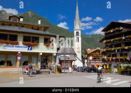 Kirche und Hotel, Alleghe, Provinz Belluno, Region Venetien, Dolomiten, Italien, Europa Stockfoto