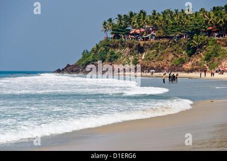 Horizontale Ansicht der einzigartigen Klippen am Strand von Varkala, Kerala reinwaschen. - Stockfoto