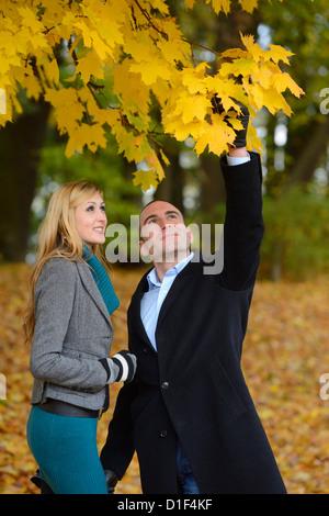 Glückliches Paar in herbstliche Landschaft - Stockfoto
