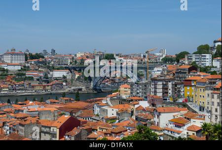"""(DATEI)Eine Archivfoto vom 30. Mai 2012 zeigt die Altstadt, den Fluss und die Brücke von der Terrasse des """"The - Stockfoto"""