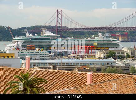 """(DATEI)Eine Archivfoto vom 30. Mai 2012 zeigt Häuser und Bürogebäude und die Kreuzfahrt Schiff """"Independence of - Stockfoto"""