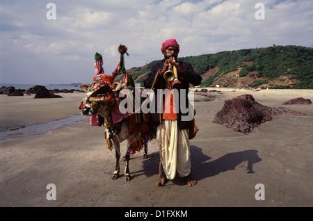 """Reisen Wahrsagerin mit einem """"magischen Kuh"""" spielen Die shehnai Musikinstrument in Arambol Beach Goa Indien - Stockfoto"""