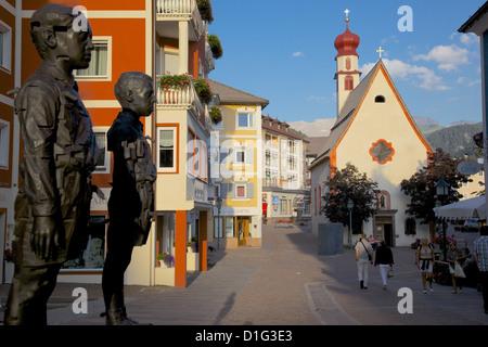 Straße Skulptur und Kirchlein, St. Ulrich, Grödnertal, Provinz Bozen, Südtirol, Dolomiten, Italien - Stockfoto