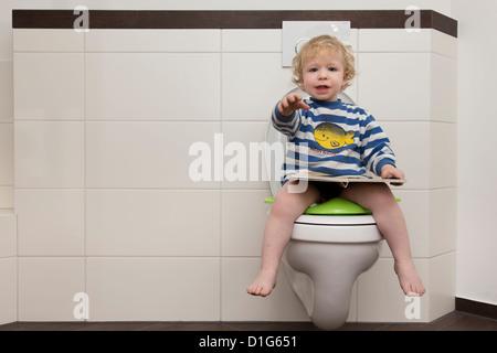 kind sitzt auf einer toilette stockfoto bild 5753622 alamy. Black Bedroom Furniture Sets. Home Design Ideas