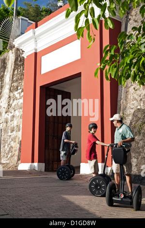 Segway-Fahrer vor alte Puerta de San Juan, Puerto Rico - Stockfoto