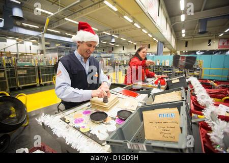 19.12.12 royal Mail Mitarbeiter in Penarth Road Sortierung Büro Art die Hunderte von Tausenden von Briefen und Paketen als das Land rauscht das letzte Buchungsdatum zu erfüllen.