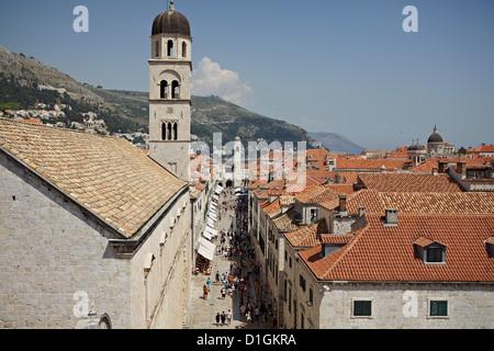 Blick auf den Stradun, die Hauptstraße innerhalb der ummauerten Stadt Dubrovnik, UNESCO-Weltkulturerbe, Kroatien, - Stockfoto