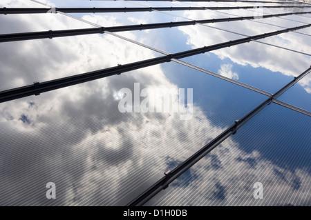 Sonnenkollektoren auf dem Dach des Hauses - Stockfoto