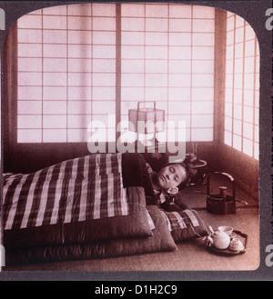 Junge Japanerin schlafen zwischen Futons, Stereo-Fotografie, 1904 - Stockfoto