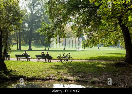 Menschen entspannen in Englischer Garten, München, Bayern, Deutschland - Stockfoto