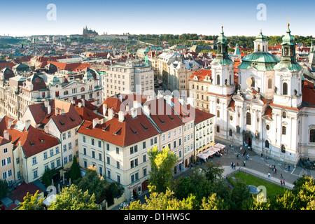 Blick auf St.-Nikolaus Kirche und Dächer der alten Stadt in Prag, die Hauptstadt der Tschechischen Republik. - Stockfoto