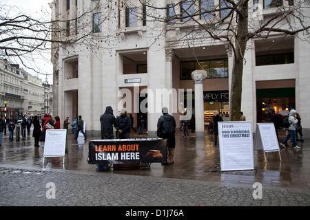London, UK. 24. Dezember 2012 Gruppe von radikalen Muslime versammeln sich außerhalb St. Pauls Cathedral, wo sie - Stockfoto
