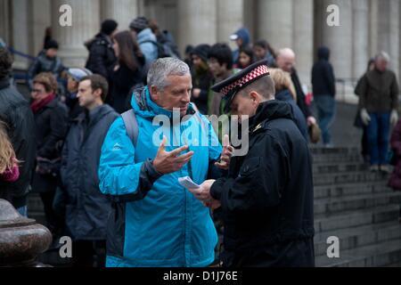 London, UK. 24. Dezember 2012 beschweren sich Leute Schlange, um St. Pauls Cathedral geben für Polizeibeamte über - Stockfoto