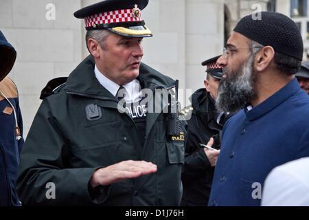London, UK. 24. Dezember 2012 Polizist fragt Anjem Chowdary, schalten Sie den Lautsprecher als Teil eines radikalen - Stockfoto