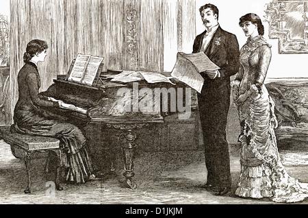 19. Jahrhundert, zwei junge Frauen und ein junger Mann singt ein Lied mit Klavierbegleitung, um 1880 - Stockfoto